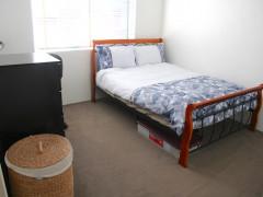 交通・買い物至便、キングスフォードの家具付きベッドルーム