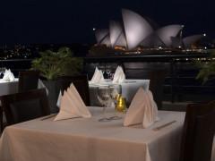 オペラハウスを見渡せるレストラン、サービススタッフ募集