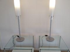 モダンなサイドテーブルとランプ