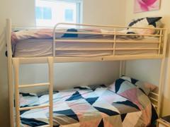 ◉白い2段ベッド、マットレス2つ