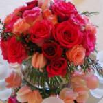 ホットピンクローズと花びらのラブリーセンターピース♪
