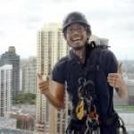 ビルの屋上からロープ1本で窓掃除をするアブセーラー/山口晃平…