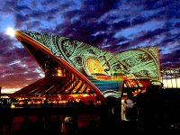 日没にオペラハウスで見られる美しい映像作品