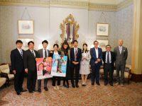 名古屋の市民ランナーがタウンホールを表敬訪問