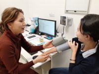 早期のインフルエンザ予防接種と計画的なコロナワクチン接種を